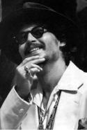 """Актьорът Джони Деп е окачил медадион """"Че"""" на врата си, като че ли е религиозен символ. (Вгледайте се и ще го видите сред странните му украшения). Гевара сигурно щеше да обяви Джони Деп за """"лумпен"""" и да го хвърли в концлагер заради дългата му коса, бунтарски дух и артистичен външен вид. Тези качества не били толерирани в Куба на Че. Хората с леви убеждения се лъжат - Че никога не е бил човек със свободен, бунтовен дух."""