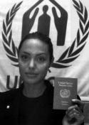 """Анджелина Джоли притежава татуировка на Че Гевара, но не казва точно къде се намира. Каква ирония! Носителката на световна хуманитарна награда на ООН за работата си с бежанците има толкова близки отношения с човек, причинил една от най-тежките бежански кризи на Западното полукълбо и лично заповядал екзекуцията на стотици хора без съд и присъда. През 1964 г. Гевара се провиква в ООН: """"Да, разбира се, ние екзекутираме!"""" Една жена, Хуана Диас, била бременна в шестия месец, когато е екзекутирана от режима на Кастро и Гевара през 1961 г. Около 77 000 кубинци, стари и млади, мъже и жени, загинаха в проливите на Флорида в опит да избягат от Куба."""