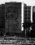"""Tози огромен стенопис на Че е любимо място за снимки на лекомислените европейски туристи в Хавана. Отгатнете какво краси изображението? Зданието на кубинската тайна полиция. Че Гевара е любимец на комунистическата полицейска държава, но този факт не може да проникне в главите на """"полезните идиоти"""". Надписът на зданието гласи: Hasta la Victoria Siempre! (До победата, винаги!) Но каква победа имал предвид Че, винаги е било тайна за хората, които познават военните му """"подвизи""""."""