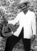 """Хосе """"Мачо"""" Пинейро, собственик на малка ферма в провинцията, избягал в планината през 1961 г., за да се сражава с комунистическата милиция, обучена от Че. Един ден войниците на Гевара пристигнали с камион пред дома на Пинейро и изхвърлили тялото му, надупчено с петнадесет куршума. """"Ти ли си жената на Пинейро?"""" - попитали те обезумялата скръб съпруга. """"Ето мъжът ти!"""" Изсмяли се и заминали, а тя останала да ридае зад тях. Кубинското селско въстание продължава шест години - от 1960 до 1966 г. Десетки хиляди кубински селяни били затворени в концлагери или убити по време на комунистическия терор."""